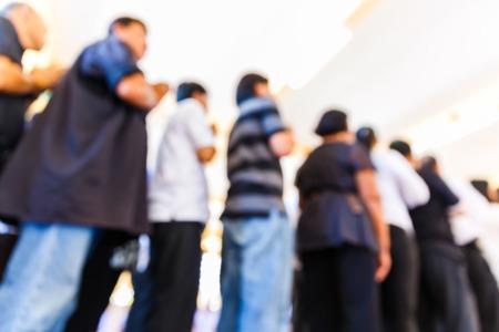 fila de personas: Personas borrosas abstractas se colocan en fila, que, de línea