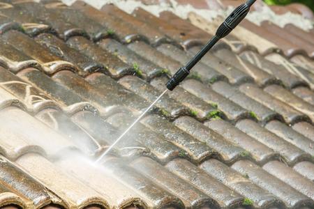 Dak reiniging met water onder hoge druk reiniger Stockfoto