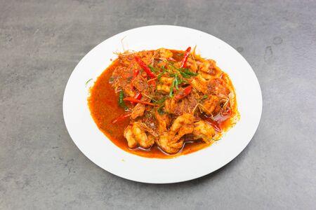 Roergebakken kerriegarnalen, gekookte garnalen, pikante dipsaus, thais eten