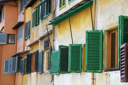 Le finestre sul famoso ponte medievale Ponte Vecchio sul fiume Arno a Firenze