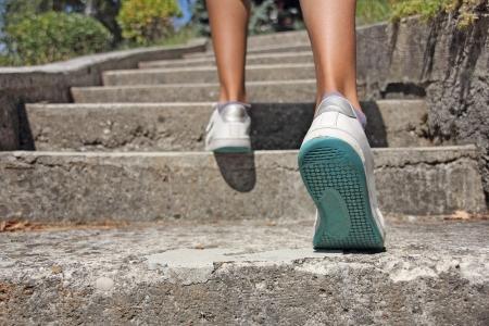 行き: 若い女の子コンクリートの階段の上に登る