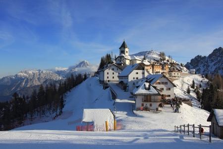 Vista panoramica del Monte Lussari, idilliaco villaggio di montagna in Italia