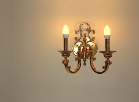 Wandlamp van verguld metaal met twee elektrische kaarsen Stockfoto - 17810031