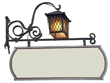 Blank, negozio segno verde in ferro battuto con la lanterna, isolato su sfondo bianco