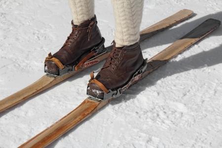 Vecchi sci di legno e scarponi in pelle