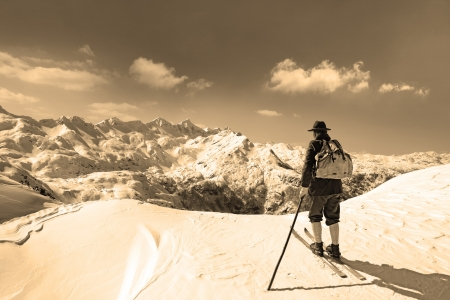 Old skier with traditional old wooden skis and backpack Stockfoto