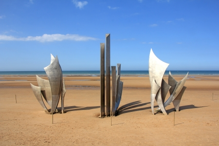 les: Memorial at Omaha Beach - place of landing  of allied forces during the Normandy D-Day invasion - June 6, 1944