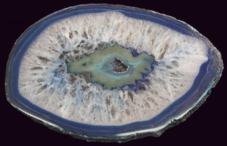 Sezione di agata blu isolato su sfondo nero
