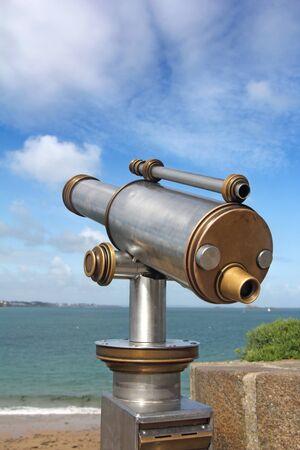st malo: Un telescopio moneta dirigendo verso il mare, a St. Malo, Francia