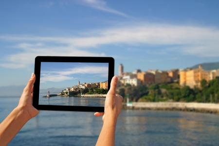 소녀 바스 티아, 코르시카, 프랑스에서 태블릿에 사진을 촬영 스톡 콘텐츠