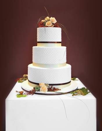 Big white wedding cake decorated with flowers Stockfoto