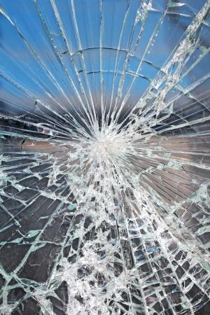 ventana rota: Vidrio grietas rotos astillas en frente de la estaci�n de autobuses