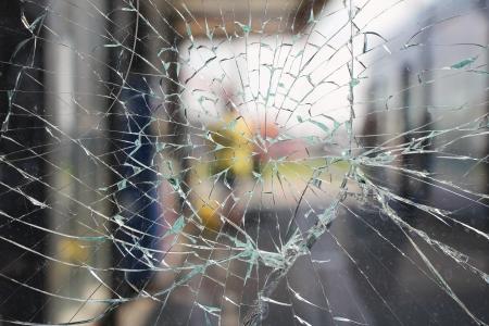 壊れたガラスが割れる破片バス停前 写真素材