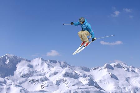 화창한 날에 산 inhigh 점프에 스키 점프 스톡 콘텐츠