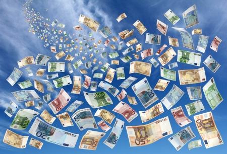 하늘에서 떨어지는 많은 유로 지폐