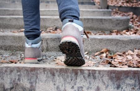 Giovane ragazza si arrampica sulle scale di cemento Archivio Fotografico