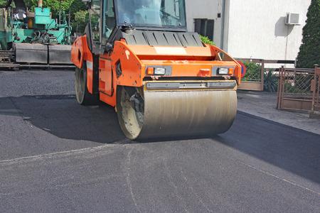 Compactor roller tijdens de aanleg van wegen bij asfalteringswerkzaamheden Stockfoto - 28436741