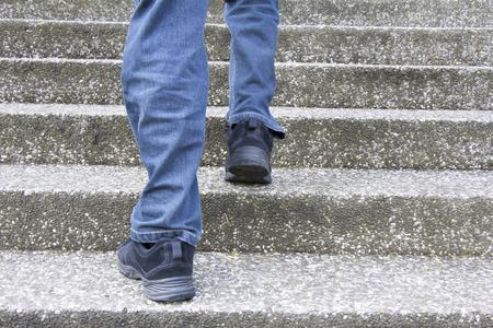 コンクリートの階段に登る男
