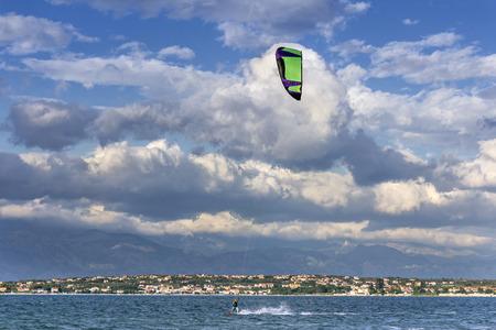 kitesurfen: Kiteboarden, kitesurfen, veel vliegers in de lucht, Nin, Kroatië Stockfoto