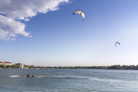 kite surfing: Kiteboarden, kitesurfen, veel vliegers in de lucht, Nin, Kroatië Stockfoto