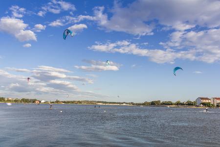 kitesurfen: Kiteboarding, kitesurfen, vele vliegers in de lucht, Nin, Kroatië