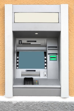 automatic teller machine: Cajero autom�tico con pantalla en blanco en la pared