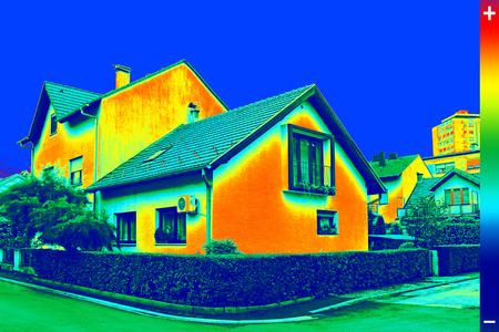 Infrarot Thermovision Bild zeigt mangelnde Wärmedämmung an Haus