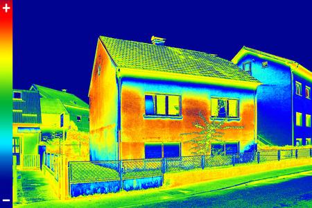 eficiencia energetica: Infrarrojo ThermoVision imagen que muestra la falta de aislamiento térmico en Casa