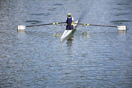 Roeier in een boot, roeien op het rustige meer