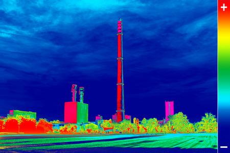 エネルギー ステーションの煙突で熱放出を示す赤外線サーモグラフィ画像 写真素材