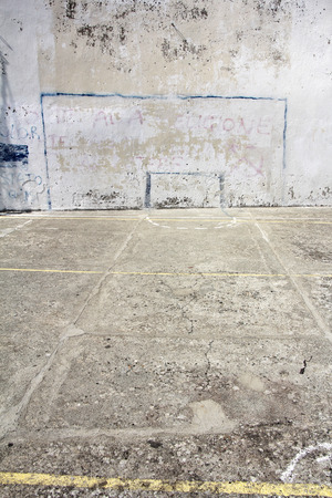 terrain foot: but de soccer dessiné sur un mur en béton aire de jeux à Corniglia, Italie