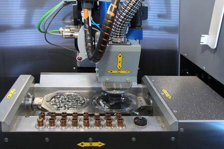 engraver: Incisore Dental CNC in azione. Fresatrice Dental ritagliandosi in precedenza la scansione e il computer manipolato il modello di denti umani.