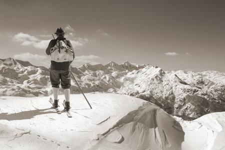narciarz: Stary narciarz z tradycyjnych starych drewnianych nart i plecak