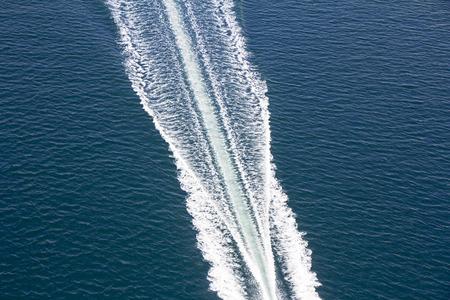 青い海の上の速度のボート トレース 写真素材