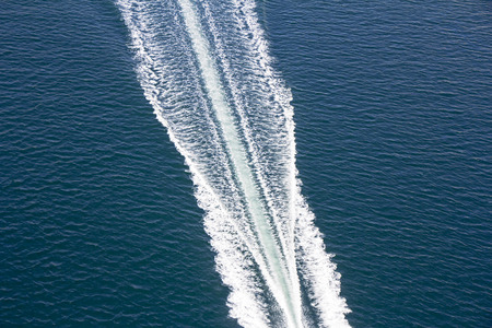 Speed boats trace on the blue sea Banque d'images
