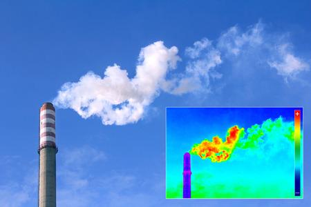 Image infrarood thermografie toont de warmteafgifte aan de Schoorsteen van de energie-station Stockfoto - 36820280