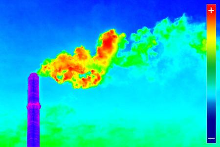 imagen: Imagen termograf�a infrarroja que muestra la emisi�n de calor en la chimenea de la estaci�n de energ�a Foto de archivo