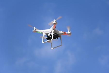 ラジオ制御 quadcopter ドローンとマウント スマート フォンのカメラ。