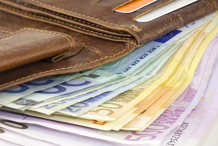 billets euros: Une liasse de billets Euro dans un portefeuille en cuir brun Banque d'images