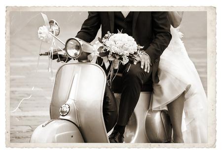 빈티지 사진과 젊은 신혼 그냥 결혼, 오래 된 회색 스쿠터에 포즈