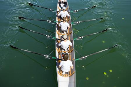 ボートかじ付き 4 チームの静かな湖に漕ぎ