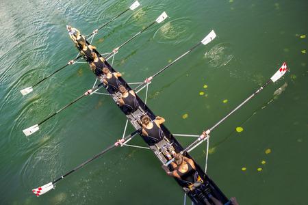 静かな湖に漕ぎ 8 漕ぎボートかじ付き