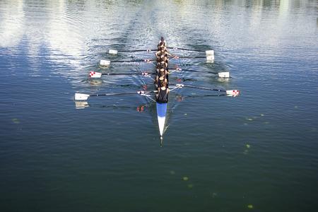 Boots coxed acht Ruderer Rudern auf dem ruhigen See