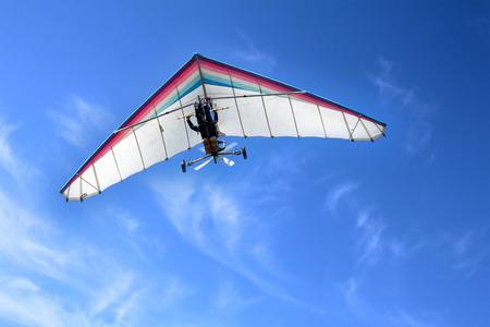Il deltaplano motorizzato nel cielo blu