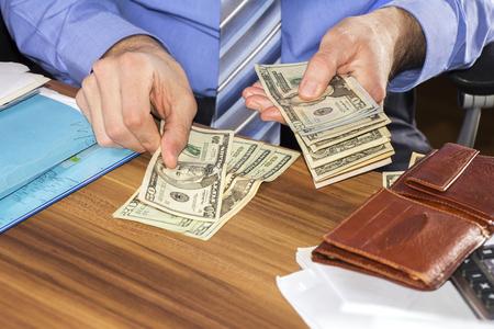 signo de pesos: El hombre de negocios está contando billetes de dólares, las empresas y el fondo financiero
