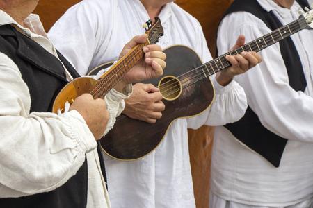 伝統的なクロアチア民族衣装でクロアチアのミュージシャン