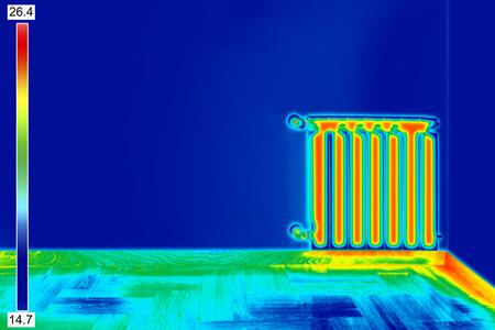 Infrarossi immagine termica del radiatore di riscaldamento in camera Archivio Fotografico