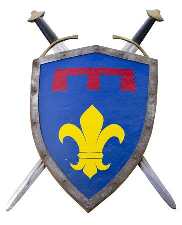 medieval: Escudo medieval y la espada aislada en el fondo blanco con el camino de recortes