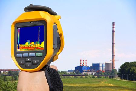 Nehmen Wärmeabgabe am Kamin der Energiestation mit Infrarot-Wärmebildkameras