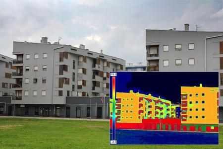 단열의 적외선 thermovision 이미지를 보여주는 부족과 주거용 건물